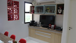 [Móvel de Louças e TV] - Na frente da bancada de preparo instalamos um buffet para os utensílios, equipamentos da Chef e painel com tv.