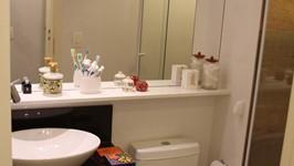 espelho e estante flutuante contínuos sobre para acomodar os produtos de uso diário