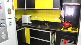 bancada em L na cozinha com cooktop amarelo