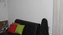 escritório também utilizado como quarto de hóspedes, recebe sofá cama e armário de porta dupla