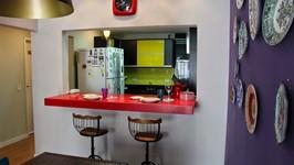 janelão para a cozinha com bancada de refeições
