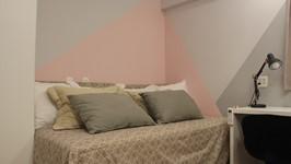 cama de casal que serve como sofazão no quarto da filha