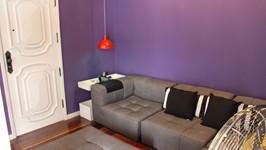 sofá e porta de entrada