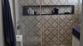 banheiro do casal com quartzo azul e azulejos estampados