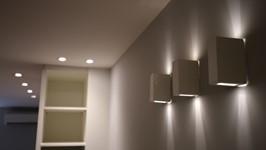 arandelas desenham luz nas paredes