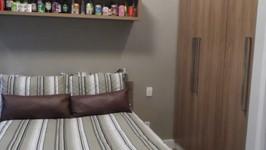 cama, armário embutido e nicho para coleções