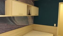 [Quarto Adolescente] - Uma cama de viúvo, bancada de estudos, um pequeno guarda roupas com gaveteiros e painel de tv é tudo que o filho precisa para ter em seu quarto.