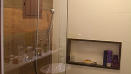 cerâmica imitando madeira e nicho de quartzo marrom no box do casal