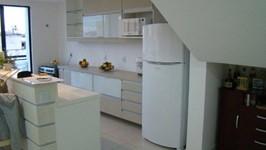 cozinha integrada com ilha bancada de pia e refeições