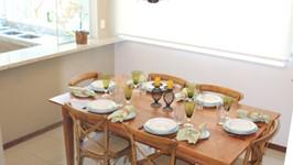 cortina de rolo branca na sala de jantar