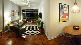 living e sala de jantar com mobiliário de madeira clara, transparencia e leveza. Iluminação programada para várias cenas