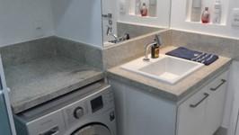 nicho para máquina de lavar e bancada da pia com nicho para perfumes