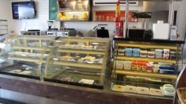 Lanchonete com monta-carga para receber os pães diretamente da cozinha e balcão de frios e laticínios