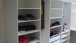 [Closet] - Na suíte, o closet é grande e pode armazenar tudo que precisam com espaço e conforto.