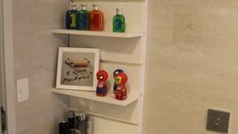 estante e armário banheiro social