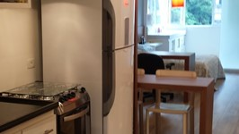 cozinha em fita e bancada de refeições