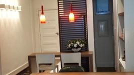 bancada de refeições com iluminação de pendentes e despensa