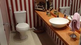 lavabo com bancada de madeira