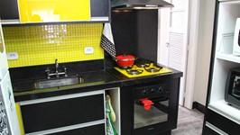 bancada da cozinha com pastilhas amarelas na área do front