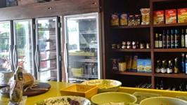 Geladeiras envelopadas e estande para exposição de produtos