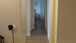piso laminado usado em todos os cômodos para dar continuidade aos ambientes