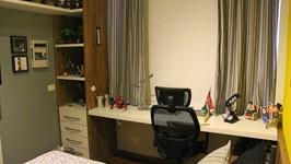estação de trabalho e estante quarto do filho