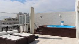 Parede da piscina revestida com cerâmica texturizada, fonte na piscina e novo deck