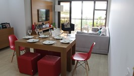 [Mesa de Jantar] - Quando é necessário preparar a mesa, a Chef posiciona os aparadores lado a lado e tudo se transforma numa confortável sala de jantar.