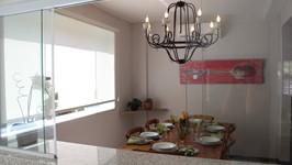 passa pratos com uma grande janela para unir a cozinha à sala de jantar