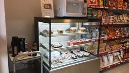 microondas, água quente, talheres e pratinhos para comer lá mesmo!