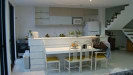 cozinha integrada com ilha e bancada de refeições