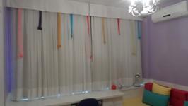 cortina com fitas coloridas