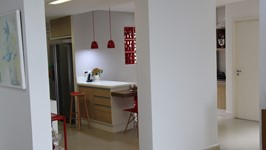 [Entrada para a cozinha] - Retiramos as paredes de Drywall que separavam a sala, área de serviço, quarto de empregada e parte do corredor, da cozinha. Dessa maneira criamos um novo espaço aberto e amplo para instalação do projeto.