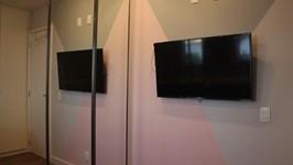 tv fixa na parede sem rack para aproveitamento de área livre no quarto da filha