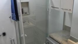 banheiro com nicho para máquina de lavar