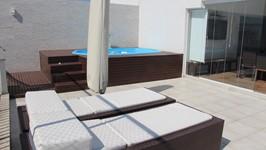 Deck da piscina e espreguiçadeiras
