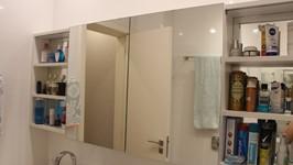 armário do banheiro do casal portas de correr fechadas