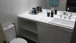 bancada e espelho em toda parede no banheiro social