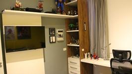 painel da tv com estante contínua quarto do filho