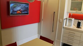 painel tv da cozinha e porta para sala