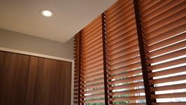 persiana de madeira para quebrar a luminosidade