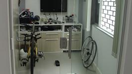 quarto de treino do triatleta com porta de vidro