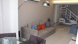 Parede atrás do sofá recebeu papel de parede delicado