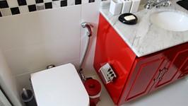 banheiro casal com móvel em laca vermelha