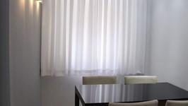 mesa encostada na parede para acesso à janela