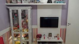 painel da tv conjugado à cristaleira transformada em vitrine de brinquedos