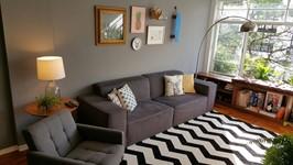 um sofá pra se jogar e assistir filmes e ouvir músicas. Ambiente que convida a relaxar.