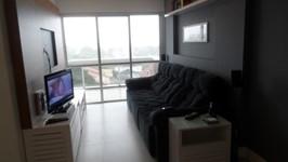 living e painel construído para acompanhar a medida do sofá