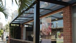 Fachada da Padaria Varandas com cobertura transparente na entrada