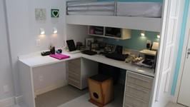 quarto de hóspedes com beliche e bancadas de trabalho embaixo